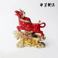 中国红镀金牛气冲天 树脂工艺品