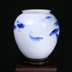 周秀丽《鱼乐图》瓷瓶...
